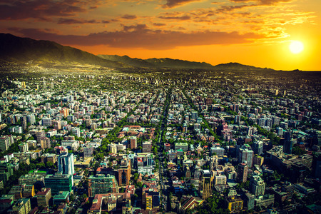 Panoramisch uitzicht op Santiago de Chile en Los Andes gebergte