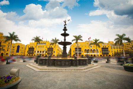 Panoramisch zicht op het centrale plein van Lima en de kathedraal.