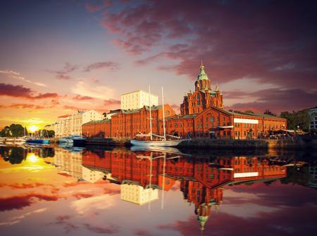 Embankment In Helsinki Bij De Zomer Avond, Finland. Kathedraal Uspenski. Stockfoto
