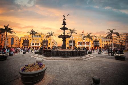 Panoramisch uitzicht op Lima centrale plein en de kathedraal kerk.