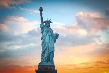 democracia: Estatua de la libertad en el fondo de cielo de colores del amanecer