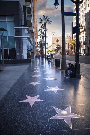 Paseo de la fama en la puesta en Hollywood Boulevard
