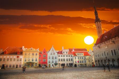 Mittelalterliche Rathaus und Rathausplatz von Tallinn, der Hauptstadt Estlands. Genähte Panorama