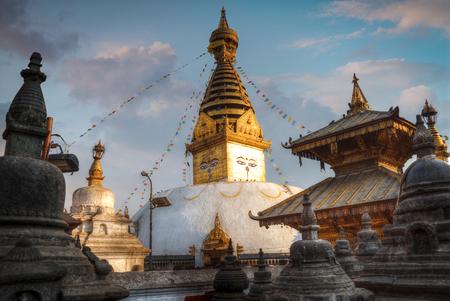 カトマンズ、ネパールで丘に Swayambhunath 仏舎利塔が建っています。 写真素材