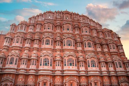 ハワー ・ マハル - クリシュナの王冠の形でピンク色の砂岩で建てられ、ジャイプールのマハラジャの宮殿の複合体の 5 層ハーレム翼