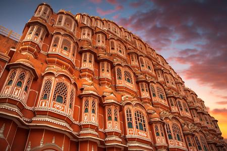 Hawa Mahal - een vijflage haremvleugel van het paleiscomplex van de Maharaja van Jaipur, gebouwd van roze zandsteen in de vorm van de kroon van Krishna