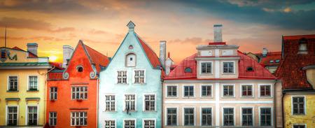 Oude straten van Europese steden. Gezellige huisjes. Tallinn de hoofdstad van Estland aan de Oostzee. Stockfoto