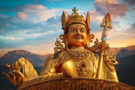 カトマンズの金の達人リンポチェ像が立っています。ネパール 写真素材 - 73538442