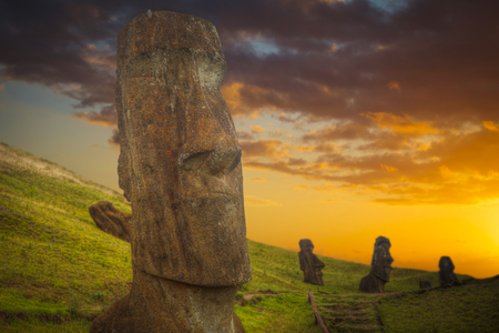 rapanui: Moais en Ahu Tongariki (Isla de Pascua, Chile) Foto de archivo