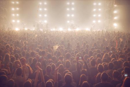 Menschen bei dem Konzert sind für die Show warten