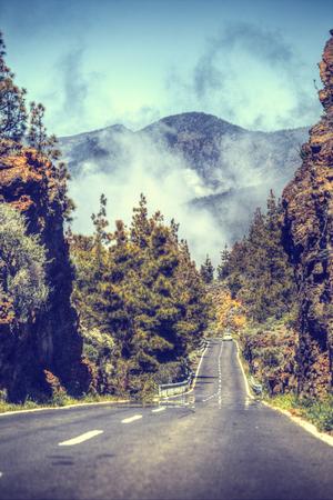 Straße in den Wolken in den Bergen. Teneriffa, Spanien, Europa