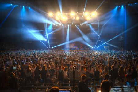 Concert in de gesloten zaal met een foto op tv