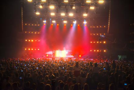 Concert in de gesloten zaal met een foto op tv Stockfoto