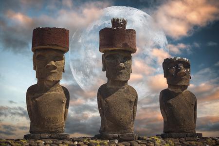 칠레의 영토 인 남동부 태평양에있는 이스터 섬 또는 라파 누이 (Rapid Nui)의 동상.