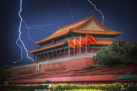 天安門広場は中華人民共和国の首都、北京の中心にあります。雷雨の中に雷の閃光。