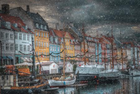 겨울에는 눈이 내립니다. Nyhavn은 코펜하겐의 오래된 항구입니다. 덴마크 스톡 콘텐츠