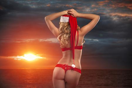 ビーチでセクシーなサンタは、新年を満たしています 写真素材 - 92194506