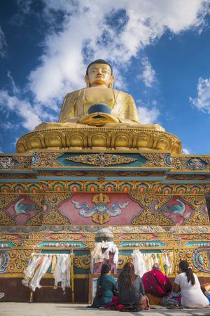 Statua dorata del Buddha di Swayambhunath. Kathmandu, Nepal Archivio Fotografico