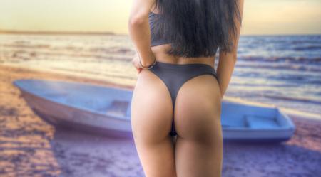 Das Mädchen geht am Strand entlang am Meer entlang.
