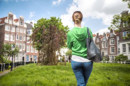 A girl walks through the streets of Amsterdam Stockfoto