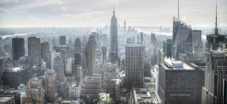 Vista aérea de la calle Manhattan de Nueva York en blanco y negro con rascacielos, peatones y tráfico intenso.
