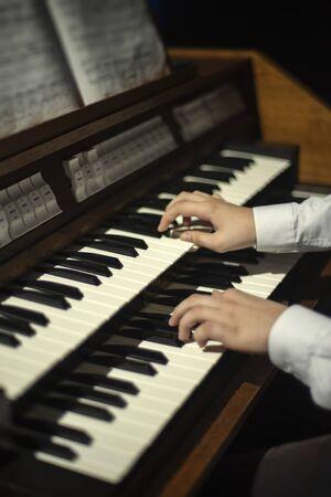 las manos juegan en el órgano. De cerca Foto de archivo