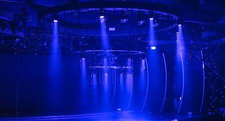 promienie światła oświetlają scenę koncertu.