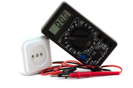 test probe: multimetro con presa elettrica su uno sfondo bianco