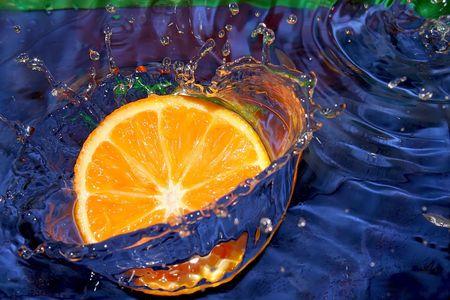Splash met verse citroen. Zuiver water. Blauwe achtergrond.