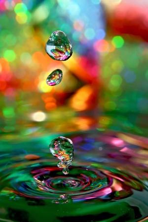 Oto czyste krople wody, reszta to gra w tle i Å›wiatÅ'o. Zdjęcie Seryjne