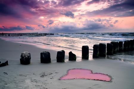 Kalmte Mooie zonsondergang met het symbool van de liefde
