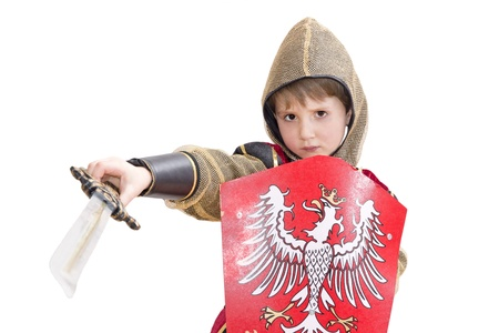 Jongen met Carnaval kostuum Little vechten ridder met Poolse embleem op het schild