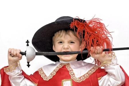 mosquetero: Ni�o con disfraz de carnaval de mosquetero lucha Poco