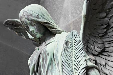 ange gardien: Un 19�me si�cle ancien cimeti�re � Varsovie, Pologne Banque d'images