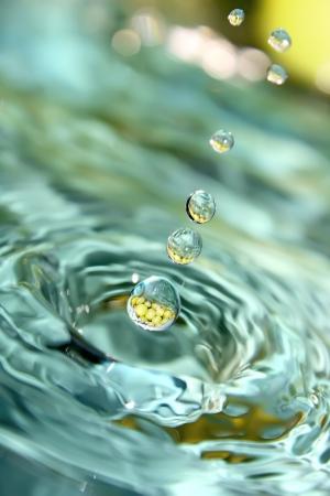 Druppels blauw water tegen de druif