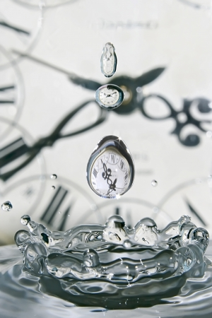 Daling van tijd Speel met water en klokken