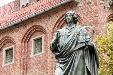 Monument van Copernicus tegen Stadhuis in Torun Huis stadje Copernicus Stockfoto