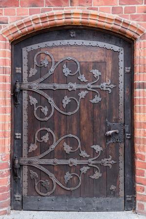 Oude stijlvolle deur in het Pools cathedrak in Koszalin gotische stijl Stockfoto