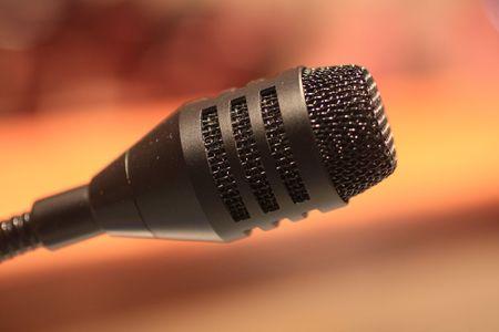 Microfoon gebruikt op een podium.