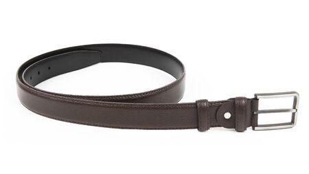 Nuevo cinturón de cuero negro marrón oscuro con hebilla de níquel. Aislado sobre fondo blanco
