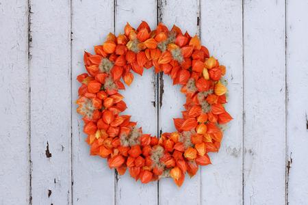 Herbstliche Dekoration Kranz mit Physalis und Withywind auf Grunge Hintergrund Standard-Bild - 65350827