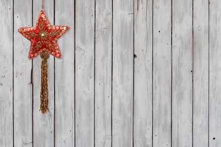 Funkelnde Weihnachtsstern-Verzierung Samt auf verwittertem hölzernem Hintergrund Standard-Bild - 68967397