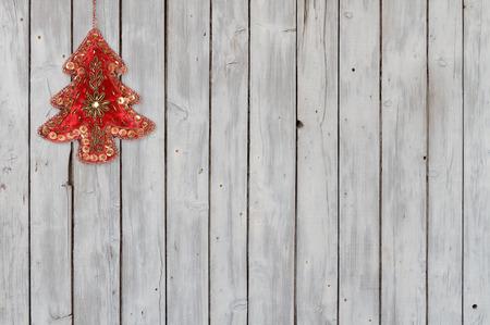Funkelnde Weihnachtsbaum Ornament Samt auf verwitterte Holz Hintergrund Standard-Bild - 68967399