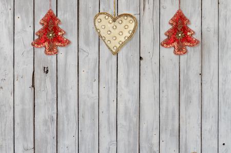 Dekoration mit Weihnachtsbäume und Weihnachtsschmuck Herz Velvet Standard-Bild - 68967400