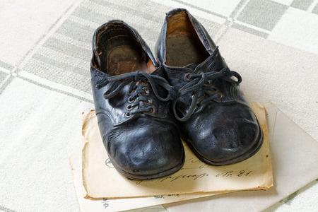 Erinnerung an die Kindheit: Vintage Kinderschuhe und Briefe Standard-Bild - 72242398