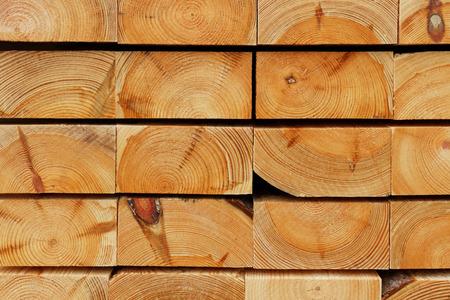 Bau Holz Hintergrund: Schneiden Kanten von Pile Pine Thick Boards Standard-Bild - 73397036
