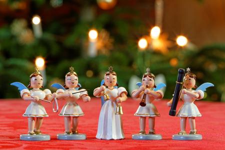 Weihnachtskonzert mit fünf Musiker-Engeln Standard-Bild - 74013020