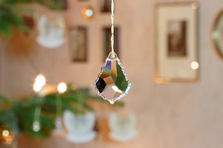 Schrägglaskristall vor der beleuchteten Weihnachtsbaum-Einstellung Standard-Bild - 74014112