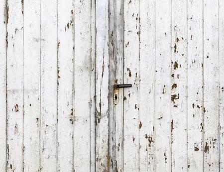 Vintage Scheunentor mit Peeling Weiß Glanzfarbe Standard-Bild - 75478160