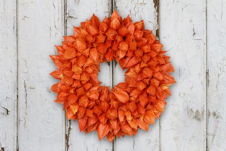 Herbstliche Dekoration Kranz mit Physalis und Withywind auf Grunge Hintergrund Standard-Bild - 89369849
